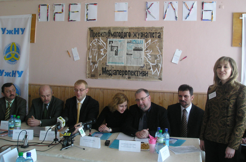 Галина Шумицька відкриває перше засідання прес-клубу